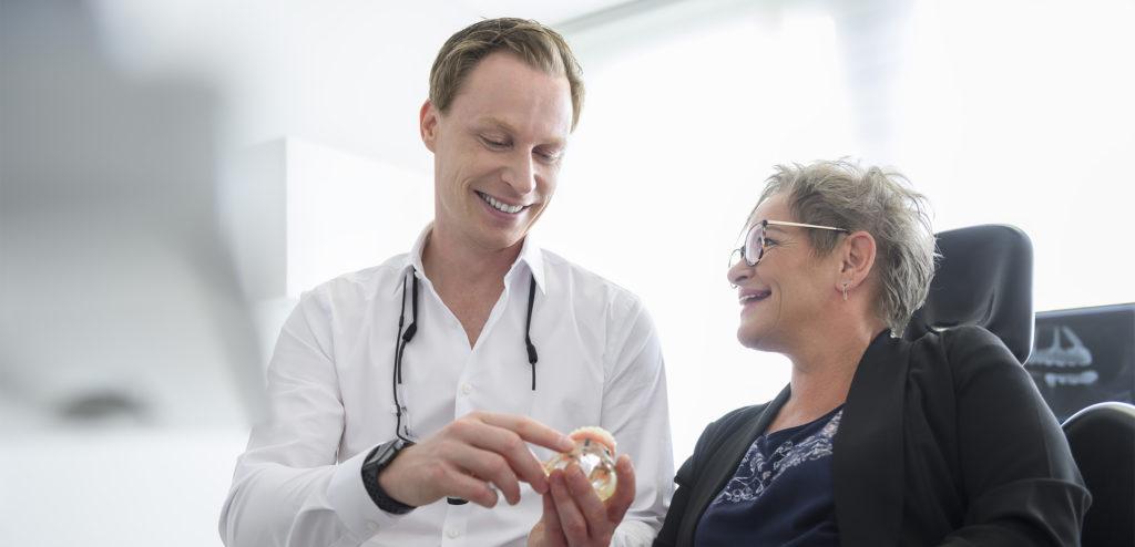 Zahnarzt Dr. Frank-Christoph Langer mit Patientin - m71 Zahnärzte Sankt Augustin